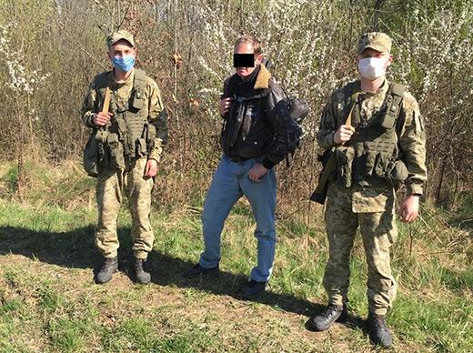 За 10 метрів від кордону зі Словаччиною закарпатські прикордонники затримали порушника