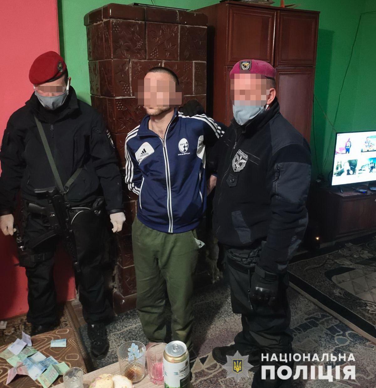 В Берегівському районі викрили сутенера, який силою змушував дівчат 15 і 16 років до проституції