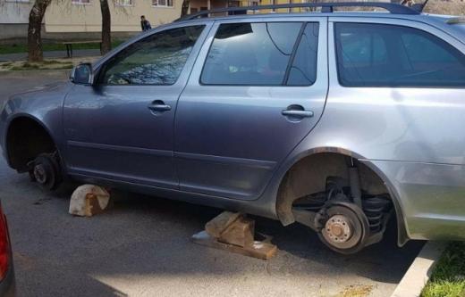 В Мукачеві злодії вкрали з автівки всі чотири колеса