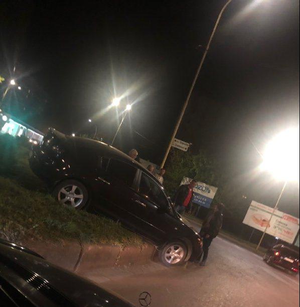 """В Ужгороді чергове авто """"залетіло"""" на клумбу кругового руху (фото)"""