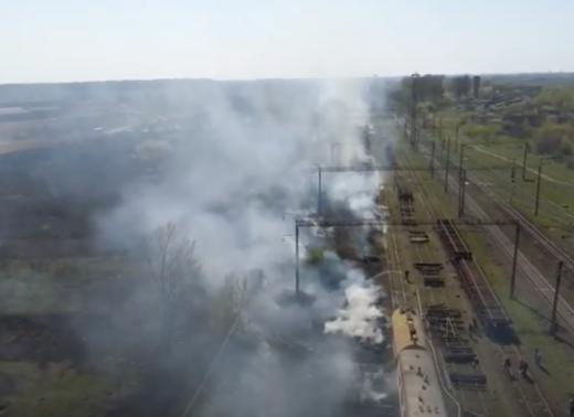Через підпал сухої трави горіла територія Мукачівської залізниці (відео)