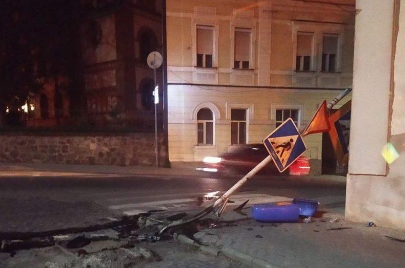 В Ужгороді авто знесло дорожній знак, водій втік /фото/