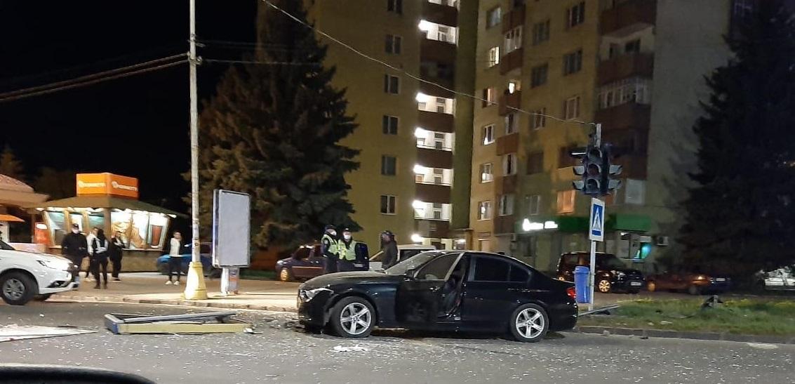 """В нічному Ужгороді """"БМВ"""" знесла сітілайт (фото)"""