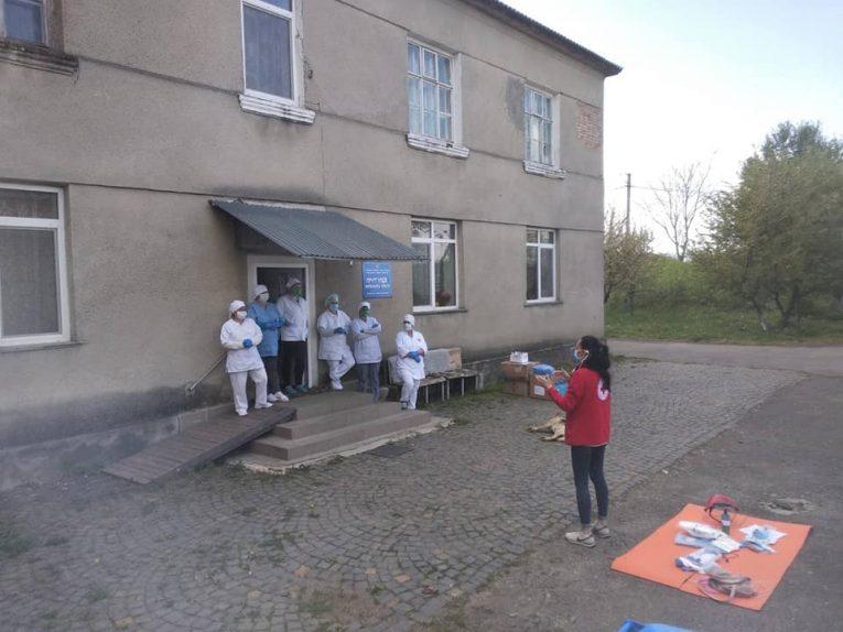 На Мукачівщині працівниці Червоного Хреста самоізолювались разом з літніми пацієнтами