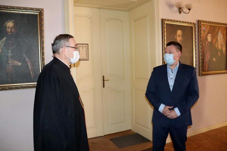 Єпископ Мілан Шашік та очільник Закарпаття Олексій Гетманенко обговорили питання освячення пасок