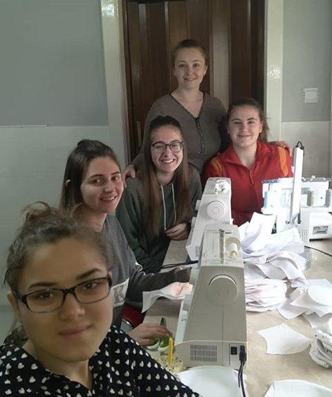 В Мукачеві студенти-підлітки шиють захисні маски (фото)