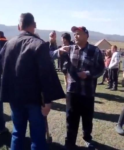 У Порошкові селяни кувалдами та бензопилами зносять незаконні будови волохів (відео)