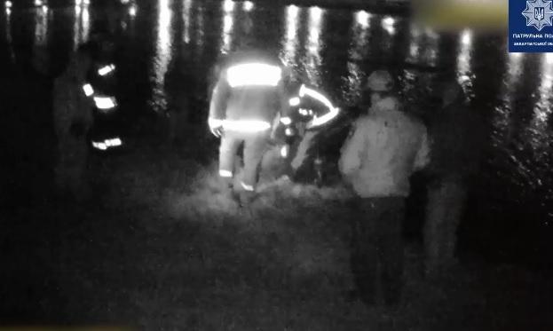 Неадекватний чоловік бив лопатою вітрини та автівки в центрі Ужгорода, а потім, втікаючи від поліцейських, стрибнув з мосту