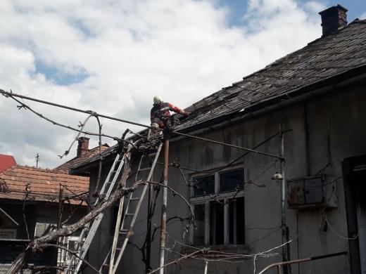 На Ужгородщині загорівся житловий будинок, в якому знаходились двоє маленьких дітей