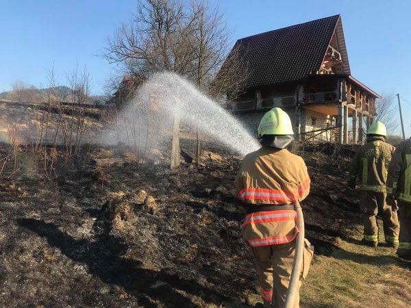 В Міжгір'ї через спалювання сухої трави згорів хлів і мало не згорів будинок