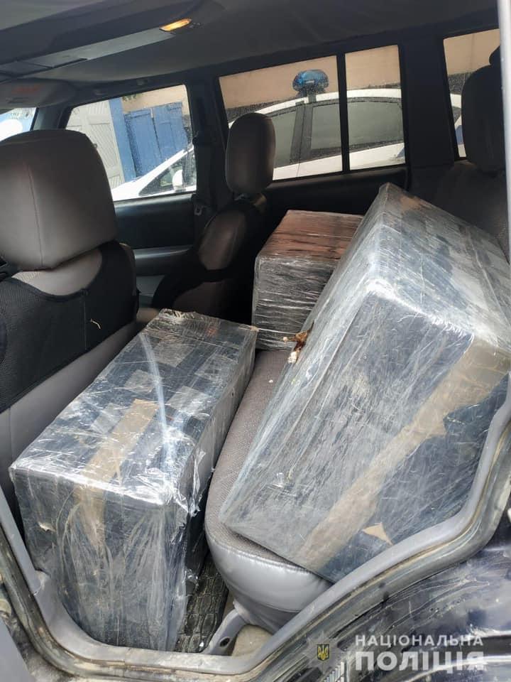 У Рахові поліціянти знайшли у машині місцевого жителя велику партію цигарок без акцизних марок