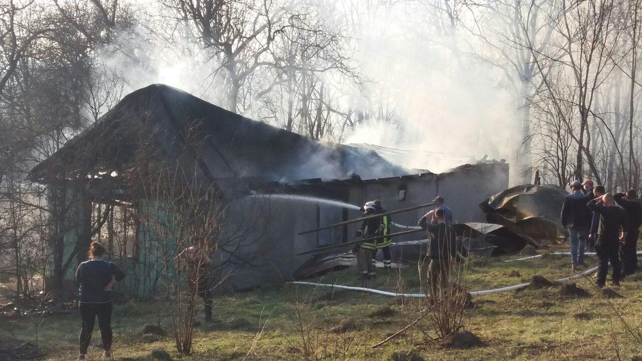 Через спалювання сухостою на Рахівщині загорівся житловий будинок