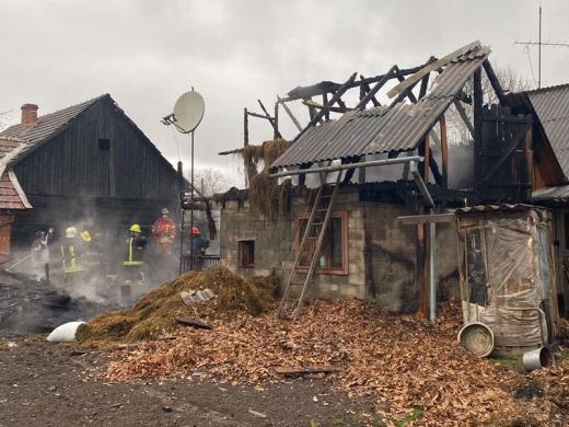 На Рахівщині пожежа знищила дроварню, літню кухню і хлів