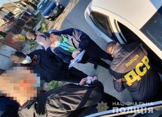 На Закарпатті поліція затримала прикордонника, який за винагороду пообіцяв організувати вивіз медичних масок за межі України