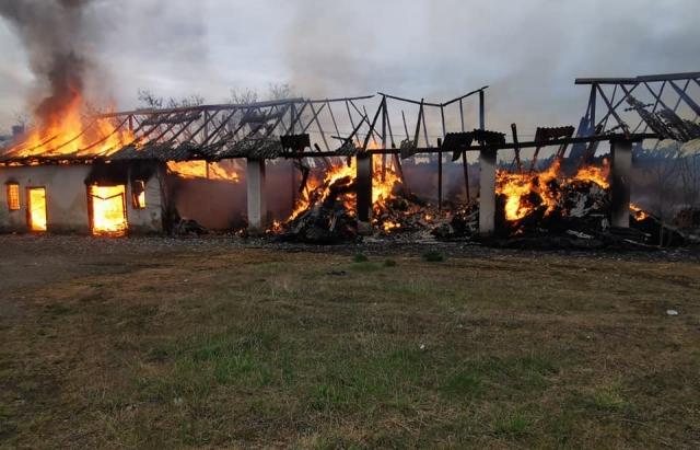 Масштабна пожежа у селі на Виноградівщині знищила склади