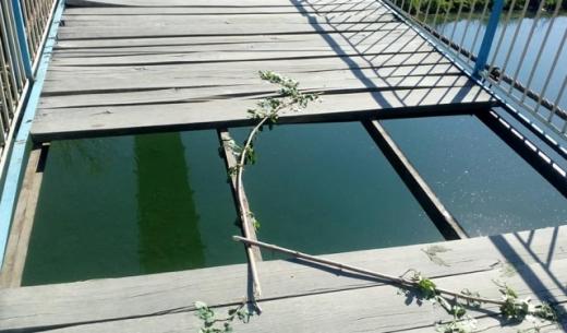 Невідомі вандали зіпсували підвісний міст в Ужгороді