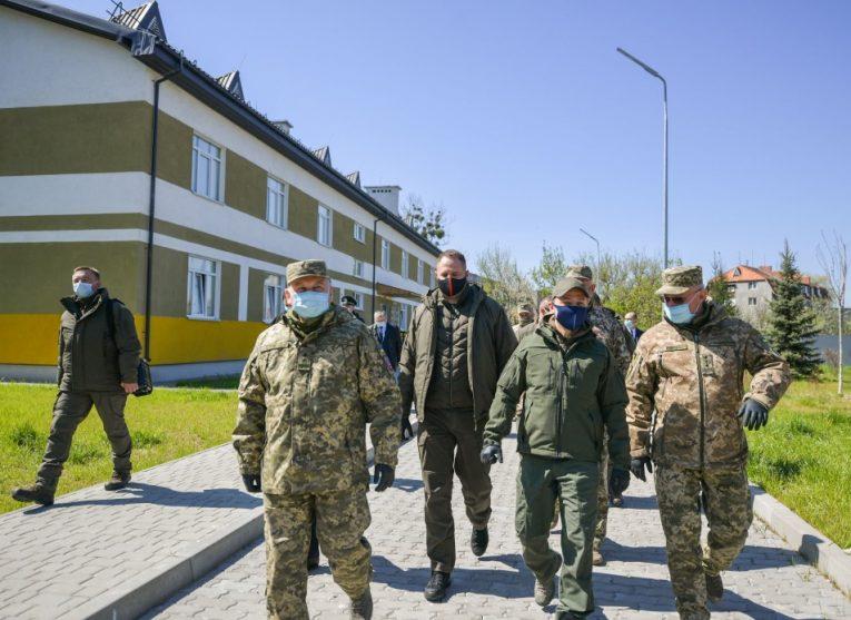 Президент оглянув сучасне військове містечко на Закарпатті