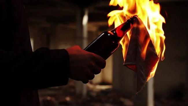 На Ужгородщині невідома особа закинула коктейль Молотова на подвір'я нардепа