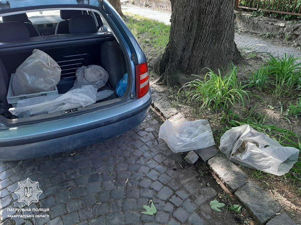 Патрульні затримали в Ужгороді чоловіка, який збирав бруківку на вулиці і пакував її у багажник свого автомобіля