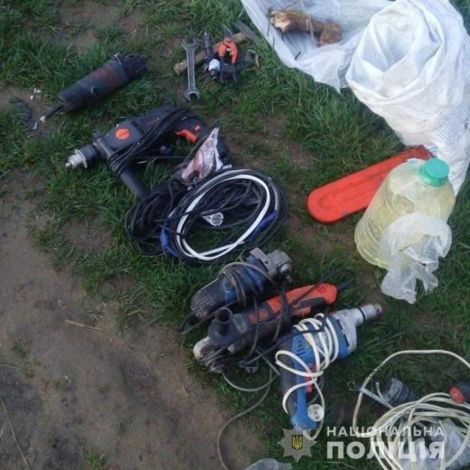 Поліцейські затримали трьох молодиків, які крали електроінструменти у мешканців Мукачівщини (ФОТО)