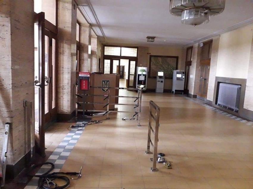На вході у Закарпатську ОДА влаштували тимчасовий контрольно-пропускний пункт