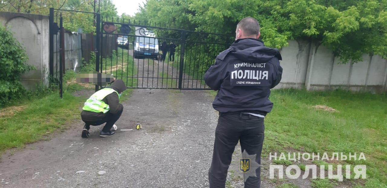 Вночі на Берегівщині жінка знайшла на вулиці вбитого чоловіка