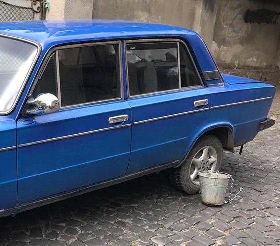 В Ужгороді до колеса автопорушника пристебнули відро (фото)