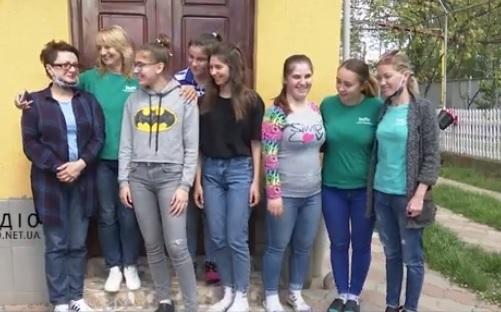 У Мукачеві вихованці транзитного будинку розпочали власне виробництво багаторазових захисних масок (відео)