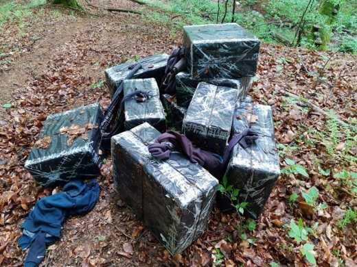 Переслідуючи контрабандистів, закарпатські прикордонники знайшли 9 пакунків з цигарками