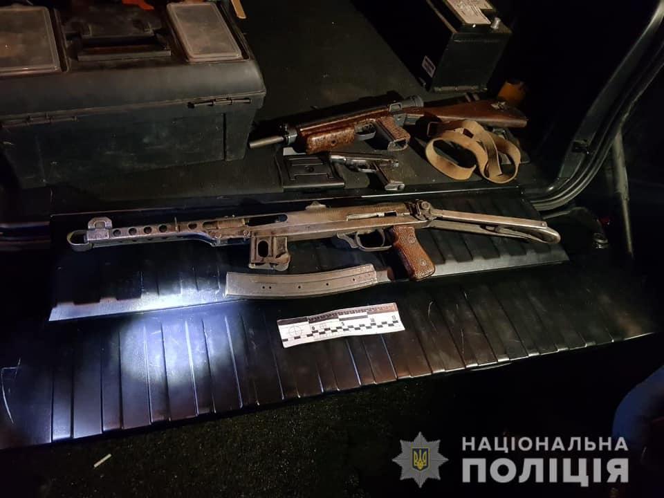 У автомобілі закарпатця поліцейські знайшли вогнепальну зброю та набої