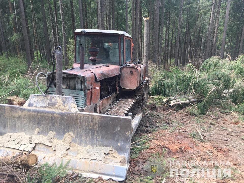 На Міжгірщині сотня селян заблокувала техніку лісорубів та викликала поліцію