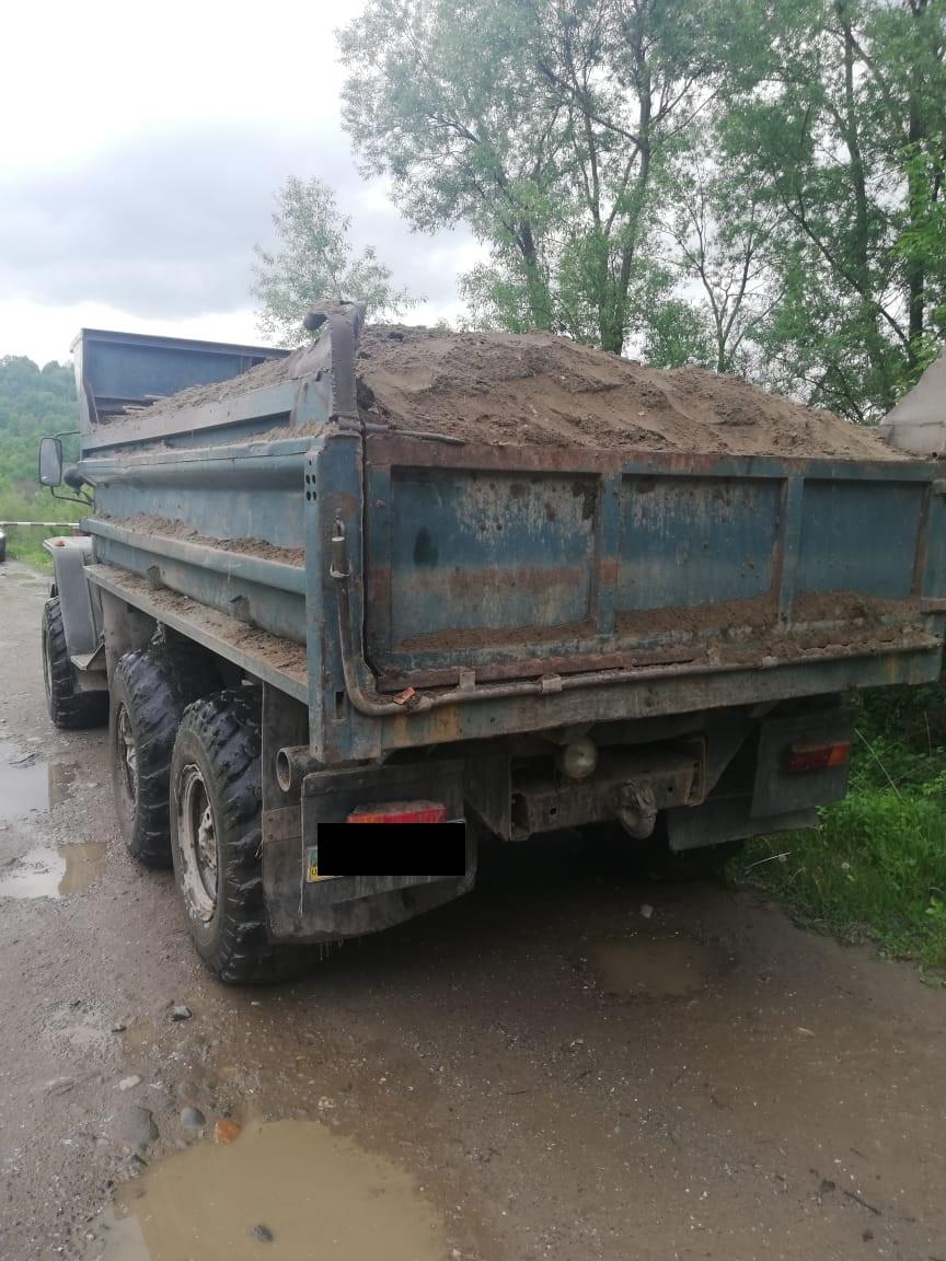 Закарпатські прикордонники спинили вантажівку з незаконно видобутою гравійно-піщаною сумішшю