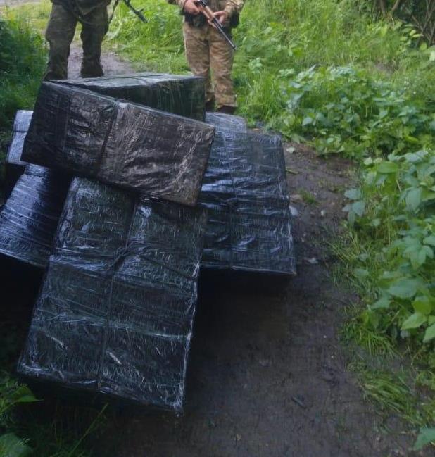 Тікаючи від закарпатських прикордонників, контрабандисти покинули 10 ящиків цигарок
