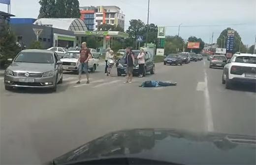 На пішохідному переході в Ужгороді автівка збила дитину (ВІДЕО)