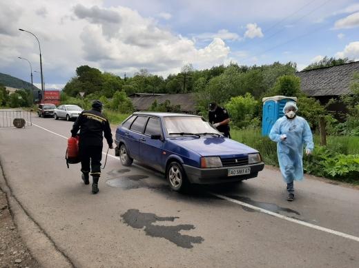 На в'їзді до села Ворочево на Перечинщині встановили блокпост. На місці чергують медики, поліцейські та рятувальники (ФОТО)