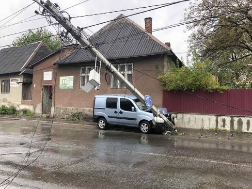 У Тячеві водій авто врізався в електроопору і залишив без світла частину міста