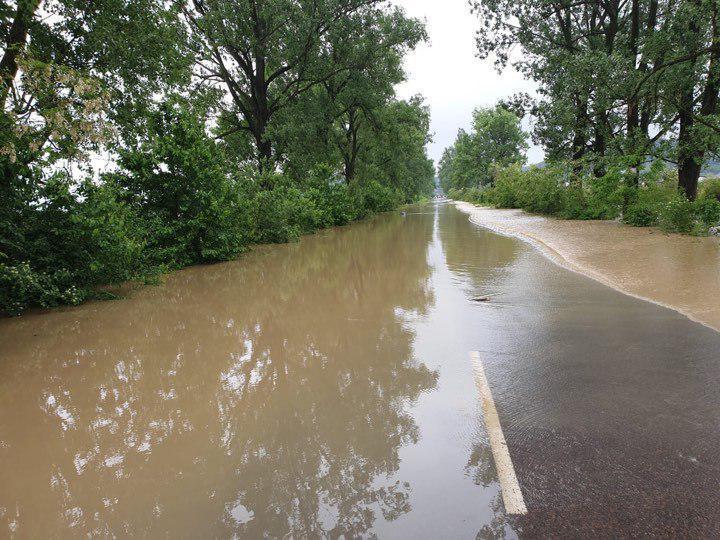 Через повінь на Закарпатті обмежено рух на двох автодорогах державного значення