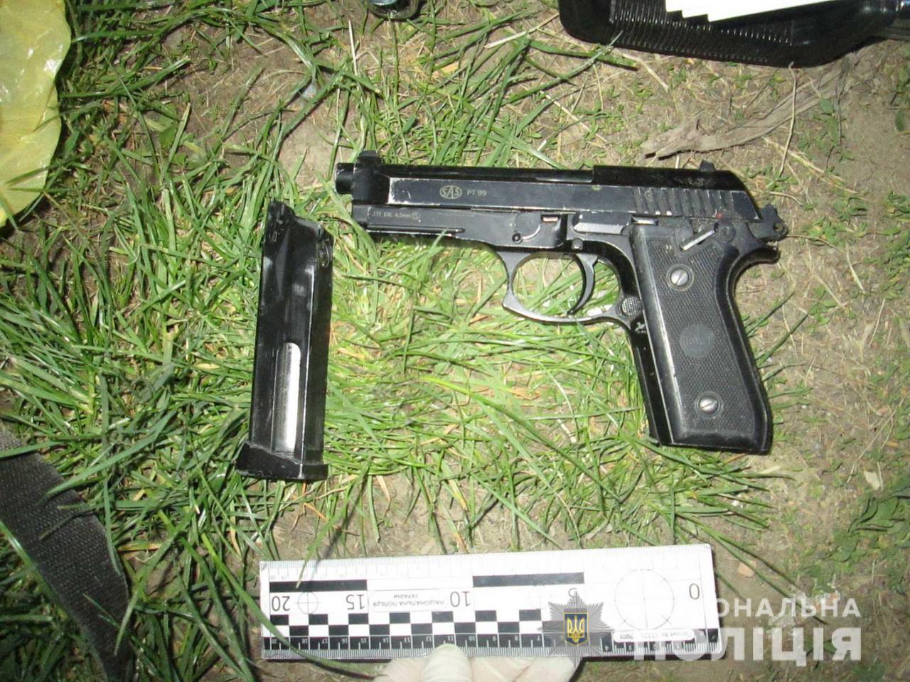 Юнак з пістолетом намагався відібрати у мукачівця ключі від машини, а потім побив його і втік