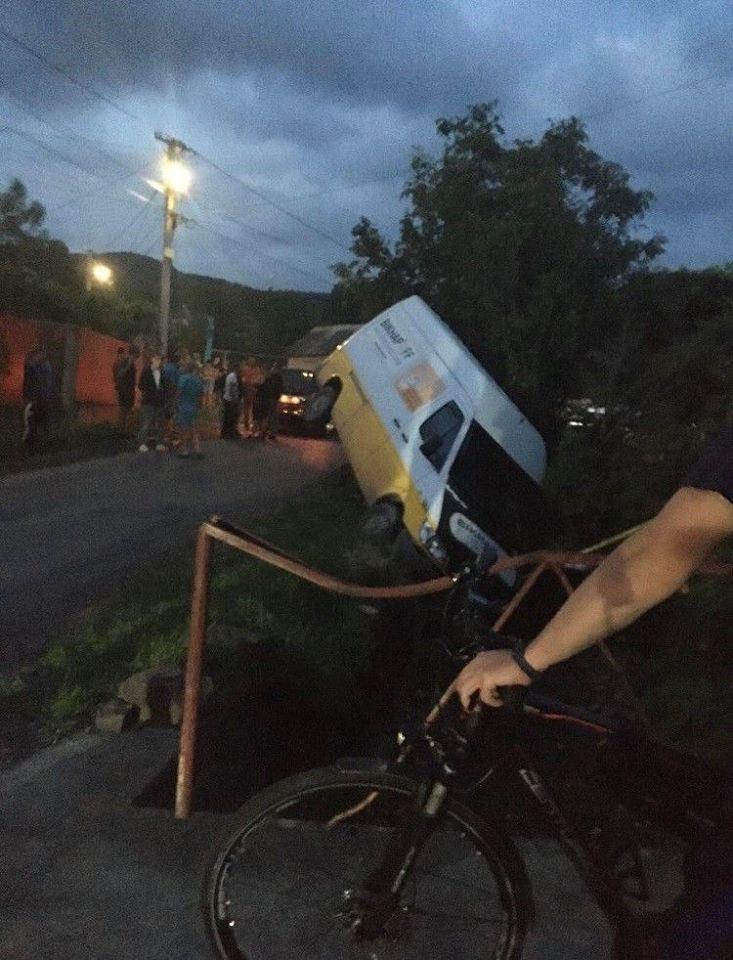 Мікроавтобус врізався у газовий стояк на Хустщині – 200 осель залишилися без газу