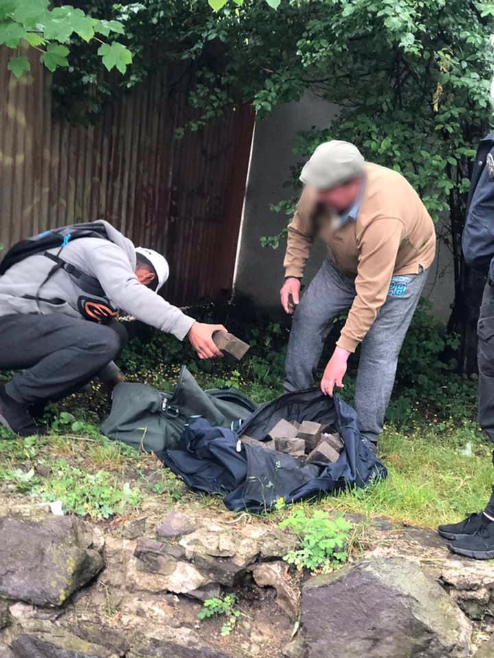 В Ужгороді на «гарячому» затримали крадіїв бруківки