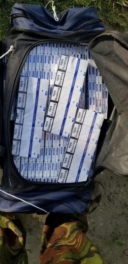 На Закарпатті, тікаючи від прикордонників, контрабандисти покинули 1000 пачок цигарок