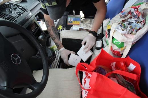 """Закарпатські прикордонники виявили сховану в автомобілі партію навушників """"AirPods"""""""