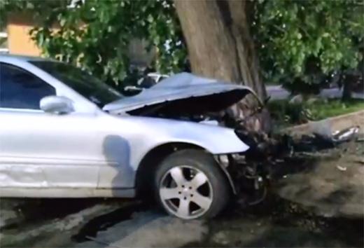 """В Ужгороді """"Мерседес"""" зіткнувся з деревом та припаркованою автівкою"""