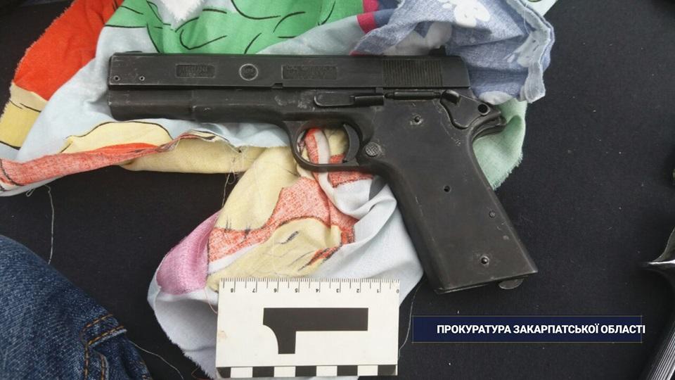 У гаражі мешканця Мукачева поліція виявила склад зброї та боєприпасів