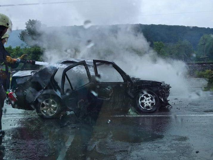 На Ужгородщині одне авто згоріло інше перекинулось в кювет (фото)