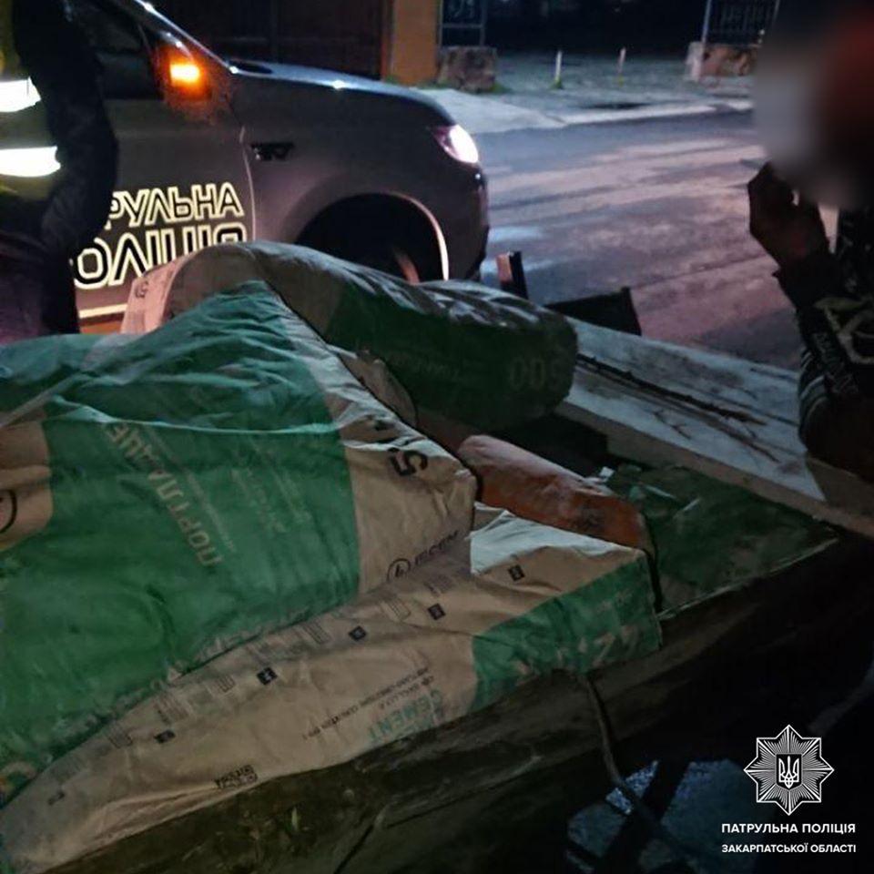 Двоє чоловіків вкрали з новобудови в Ужгороді 15 мішків цементу