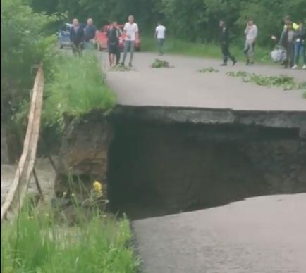 В Ясіня бурхлива вода зруйнувала дорогу (відео)