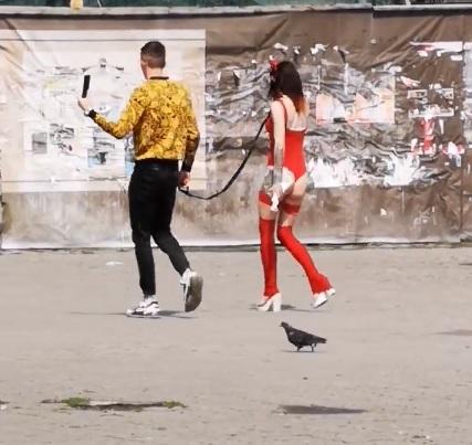 """В Ужгороді юнак вигулював напівоголену """"чортицю"""" (відео)"""