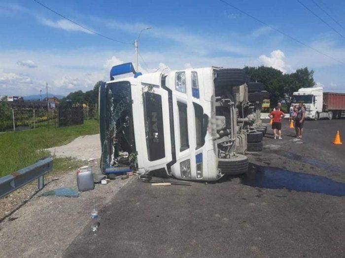 Поблизу Хуста перевернулася вантажівка МАН (фото)