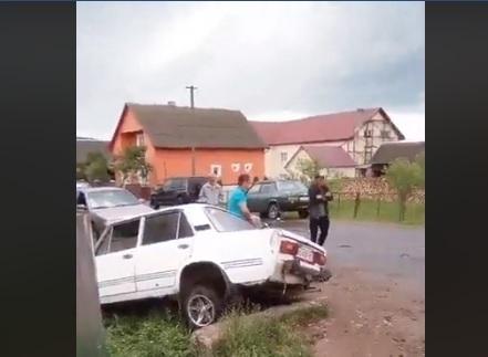 """На Закарпатті """"Жигулі"""" з чотирма дітьми вилетіли у кювет (відео)"""